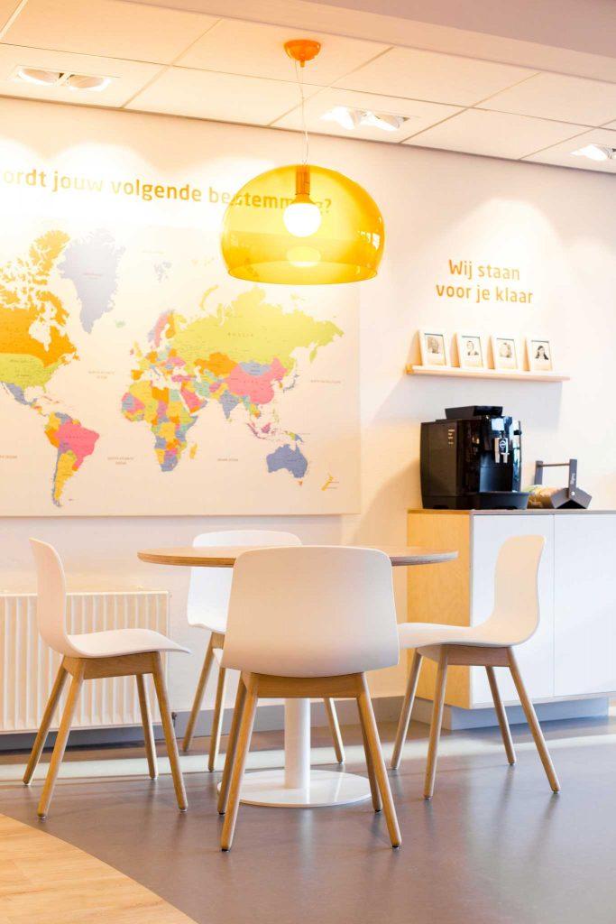 D-Reizen nieuw winkelconcept, zithoek, wereldkaart, koffiecorner