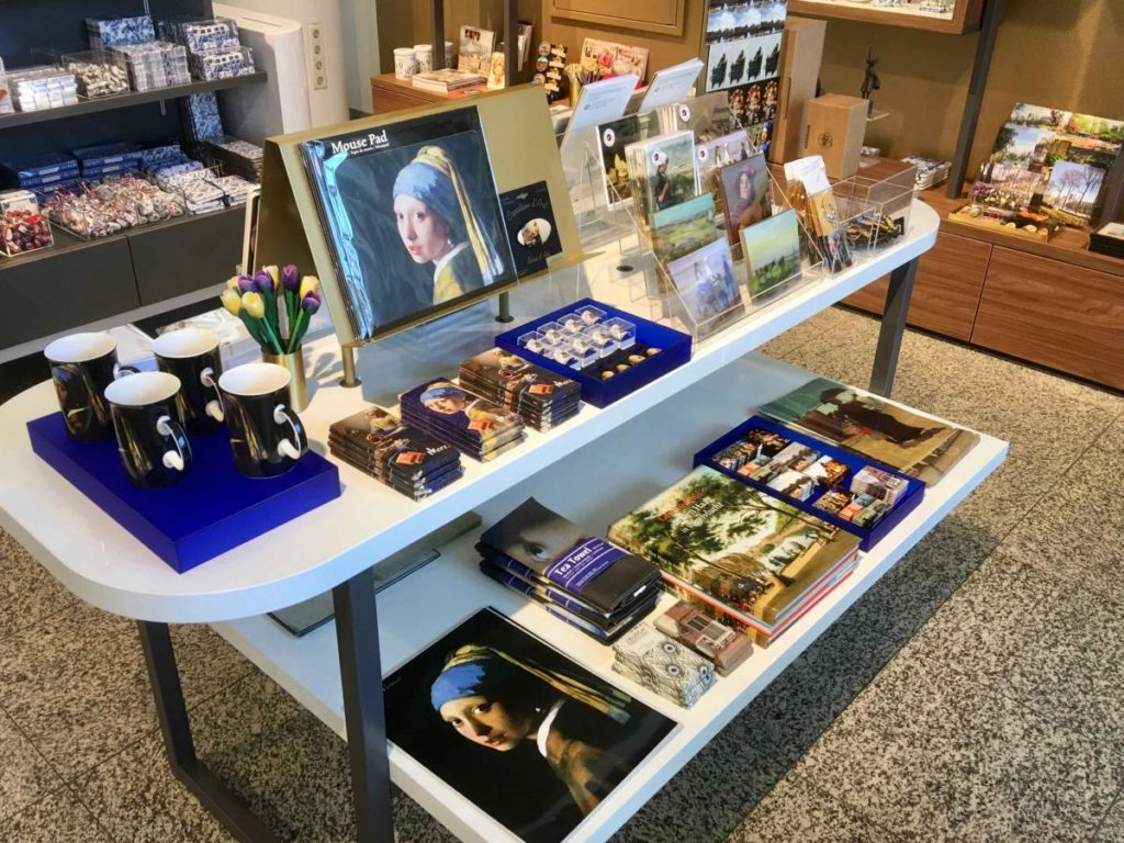Visual-Merchandising-VVV-Den-Haag-tafel-meisje-met-de-parel